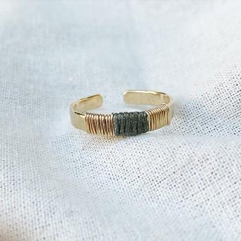 Bague anneau martelée ethnique ajustable en plaqué or lien en soie gris foncé - Bijoux de créateur