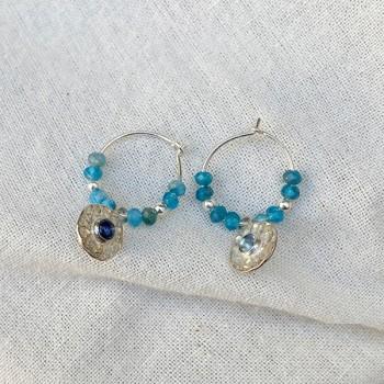 Créoles 15 mm argent et pierres fines apatite bleue et médaille martelée de couleur bleue - Bijoux fins et originaux