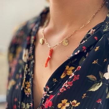 Collier sur chaine à maillons allongés plaqué or et pendentifs corail, palourde, pièce de monnaie - Bijoux tendance