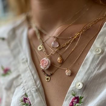 Collier sur chaine plaqué or médaille martelée pierre rose - Bijoux de créateur