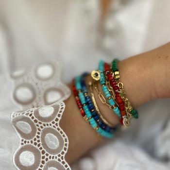 Bracelet ethnique perles colorées médaille martelée en plaqué or - Bijoux originaux ethniques