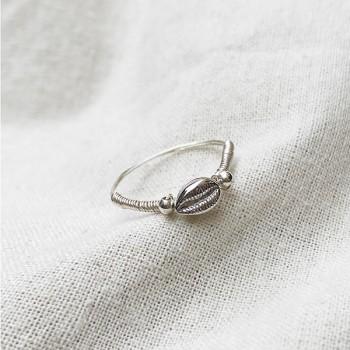 Bague mini coquillage Cauris en argent montée sur fil d'argent - Bijoux fins et tendances