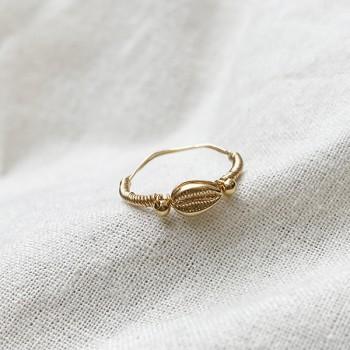 Bague mini coquillage Cauris en plaqué or montée sur fil d'or - Bijoux fins et tendances