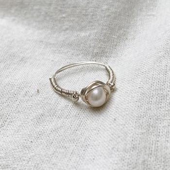 Bague fil en argent surmontée d'une pierre ronde en perle fine d'eau douce - Bijoux fins de créateur