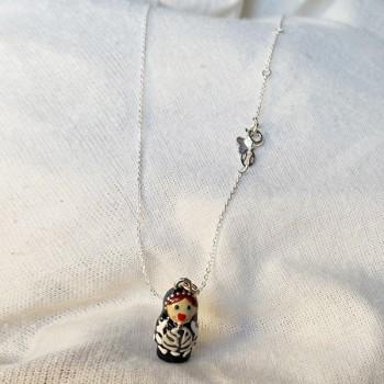 Collier médaille poupée russe en émaille noir sur chaine argent - Bijoux fins et fantaisies