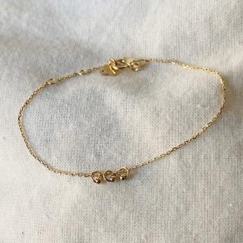 Bracelet sur chaine en plaqué or avec 3 petits anneaux perlés - Bijoux fins et fantaisies