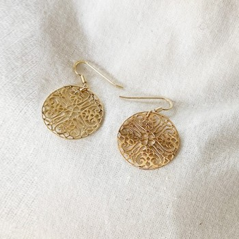Boucles d'oreilles médaille dentelle pendante en plaqué or - Bijoux fins et modernes