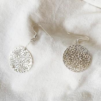 Boucles d'oreilles médaille dentelle pendante sur chaine en argent - Bijoux fins et modernes