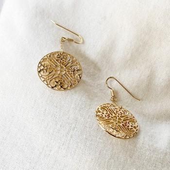 Boucles d'oreilles médaille dentelle pendante sur chaine en plaqué or - Bijoux fins et modernes