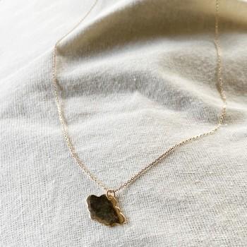 Collier pendentif en forme de nuage sur chaine en plaqué or - bijoux fins et fantaisies
