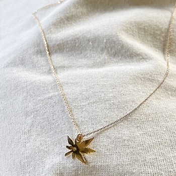 Collier pendentif en forme de feuille sur chaine en argent - bijoux fins et fantaisies