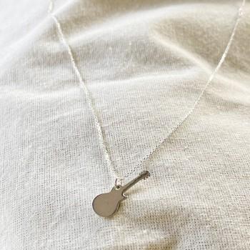 Collier pendentif en forme de guitare sur chaine en argent - bijoux fins et fantaisies