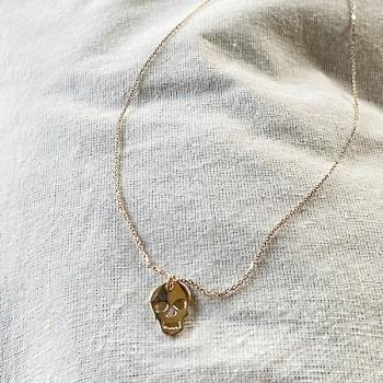 Collier pendentif en forme de tête de mort sur chaine en plaqué or - bijoux fins et fantaisies