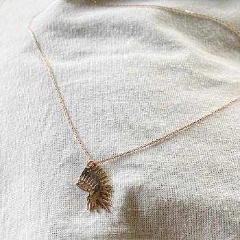 Collier pendentif en forme de coiffe d'indien sur chaine en plaqué or - bijoux fins et fantaisies