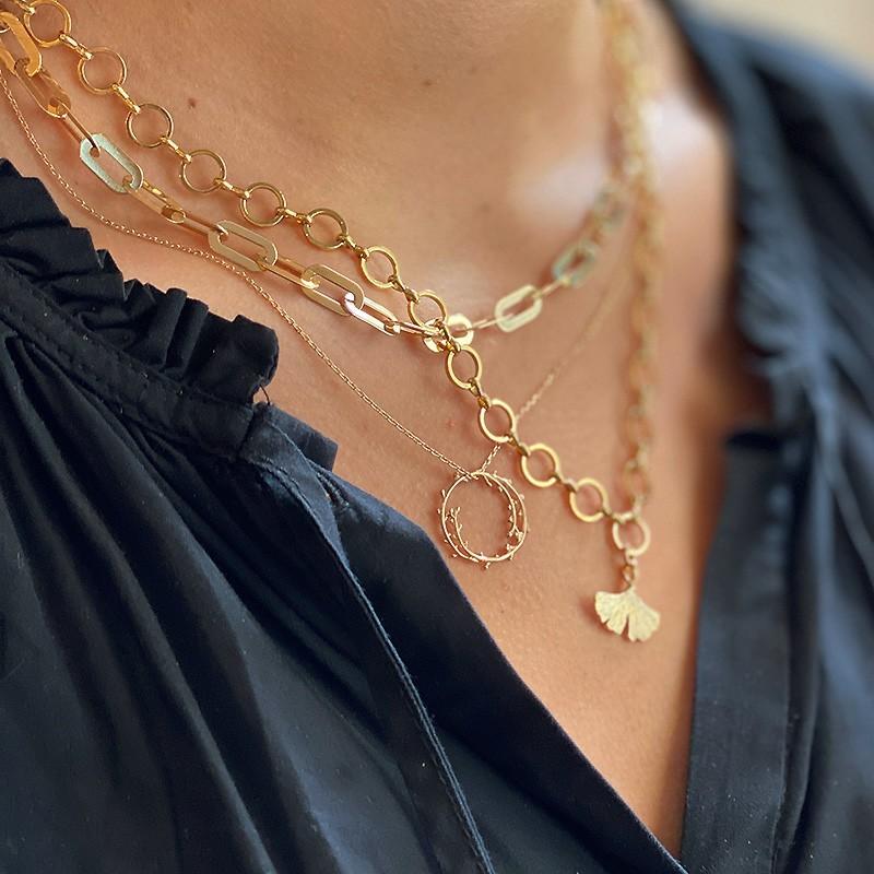 Collier chaine fine surmonté de son anneau feuille d'olivier - Bijoux fins et tendances