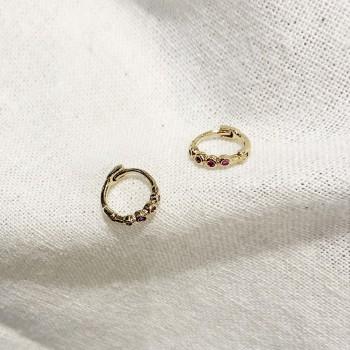 Mini boucles d'oreilles créoles serties de 4 minis pierres rouges grenat en plaqué or - Bijoux fins et délicats