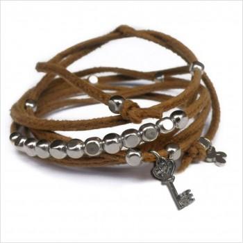 Mini charms clef sur daim noué camel perles en argent - bijoux modernes - gag et lou - bijoux fantaisie