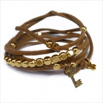Mini charms clef sur daim noué camel perles en plaqué or - bijoux modernes - gag et lou - bijoux fantaisie