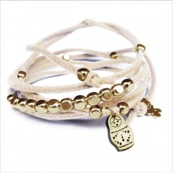 Mini charms matriochka sur daim noué crème perles en plaqué or - bijoux modernes - gag et lou - bijoux fantaisie